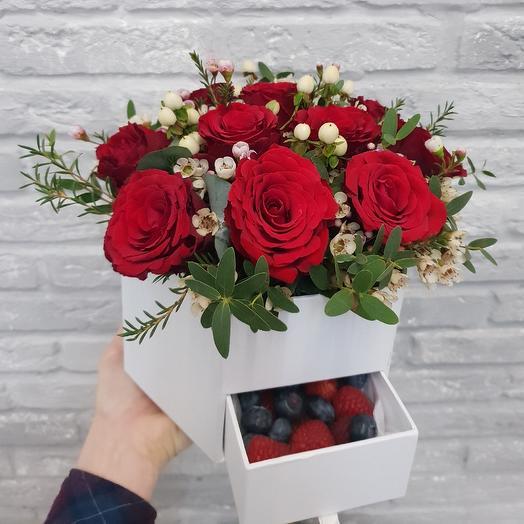 Цветочная коробочка с ягодами: букеты цветов на заказ Flowwow