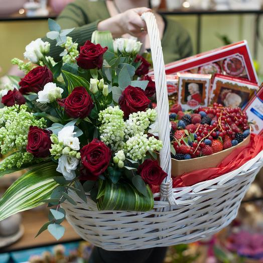 """Корзина с цветами, ягодами и шоколадными конфетами"""" Mozart prestige"""""""