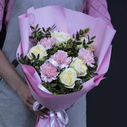 Букет-комплимент: белые розы и розовый диантус: букеты цветов на заказ Flowwow