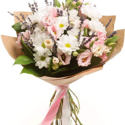 букет из эустомы, хризантемы и лаванды