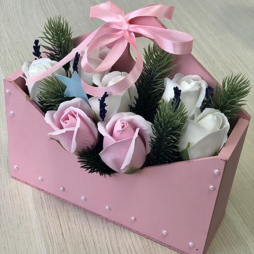 Композиция из мыльных роз розового цвета и ёлочки