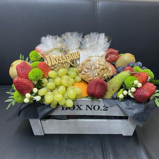Ящик с фруктами и орехами: букеты цветов на заказ Flowwow