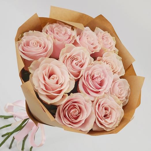 11 нежно-розовых роз в крафте
