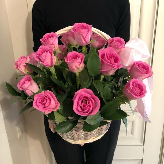 Корзина с розовыми розами