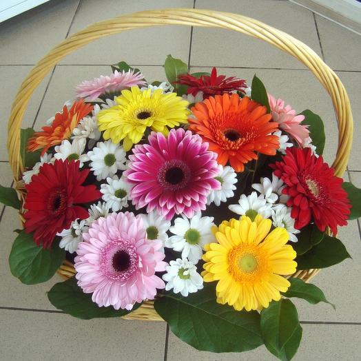 Корзина с цветами яркая