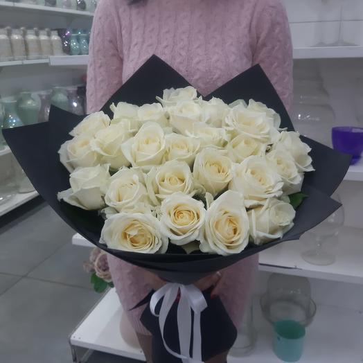 Букет из белых роз в черной упаковке