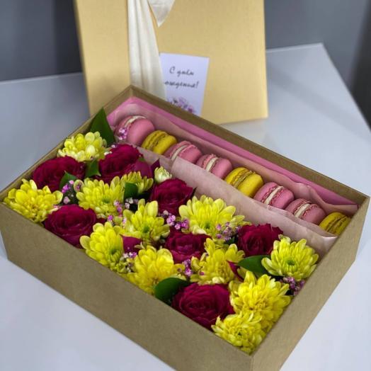 Композиция с цветами и макарунами