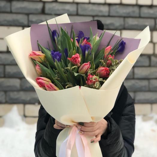 Букет из Тюльпанов и ирисов «Весенний поцелуй»