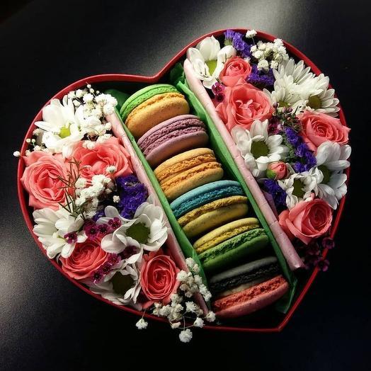 Коробка с цветами и макарунсами