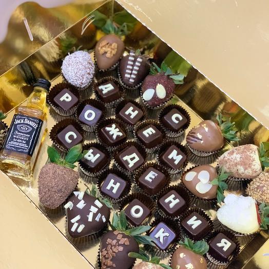 Бокс с шоколадными буквами и клубникой в шоколаде