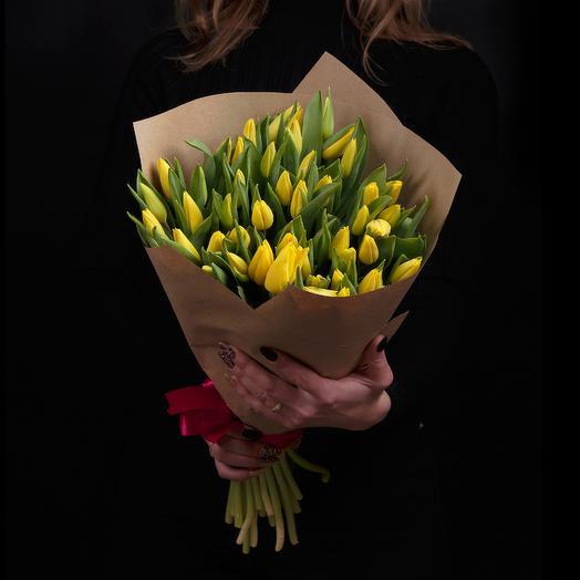51 желтый тюльпан в крафте с ленточкой