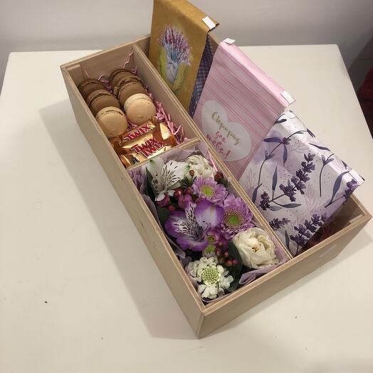 Подрочный набор с цветами чаем и сладостями