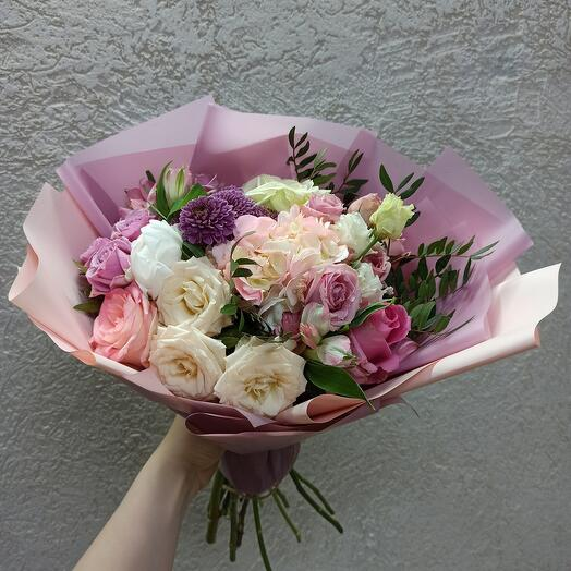 Красивый с пионом, гортензией и ассорти цветов