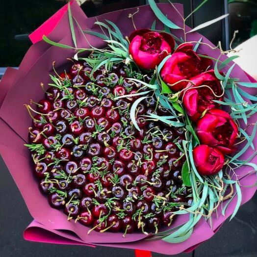 Букет из черешни с цветами