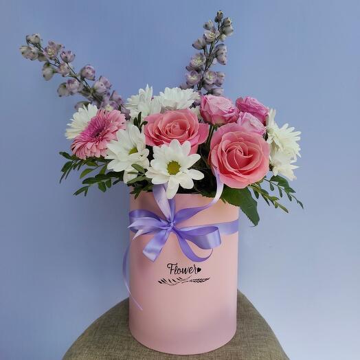 Композиция из роз, хризантемы, гербер и дельфиниума