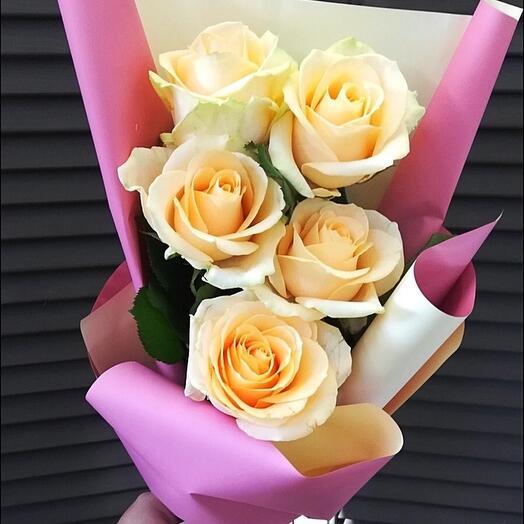 5 роз в оформлении
