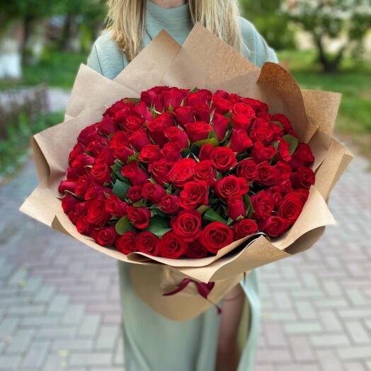 Букет из 101 красной розы 40 см в крафте