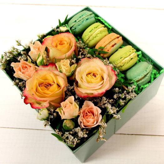 Цветы и макаруны в коробке Донна Роза: букеты цветов на заказ Flowwow