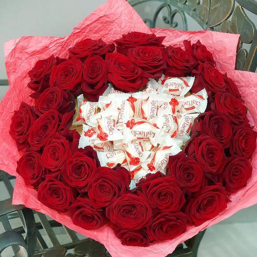 Страстный букет из роз и конфет Рафаэлло