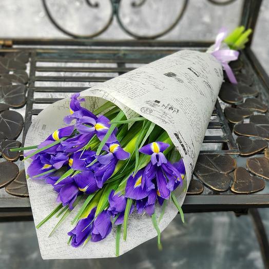 Букет из ирисов в декоративной упаковке: букеты цветов на заказ Flowwow