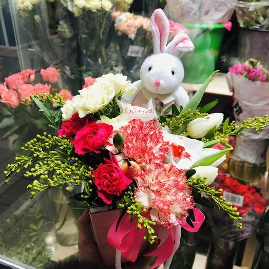 Зайка в цветах: букеты цветов на заказ Flowwow