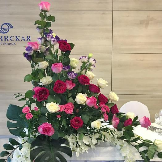 Высокая композиция из роз для президиума: букеты цветов на заказ Flowwow
