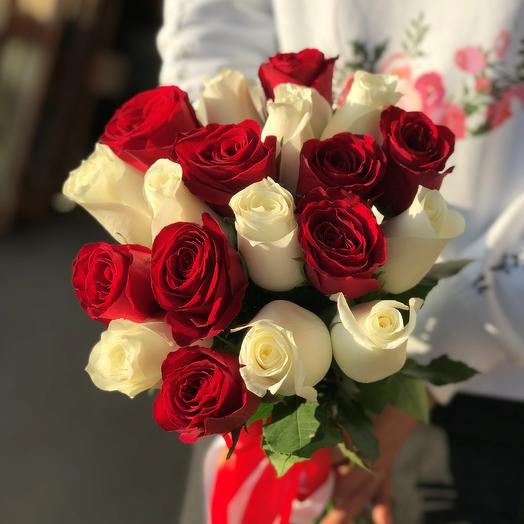 Розы. Букет из 19 красных и белых кенийских роз. N554: букеты цветов на заказ Flowwow