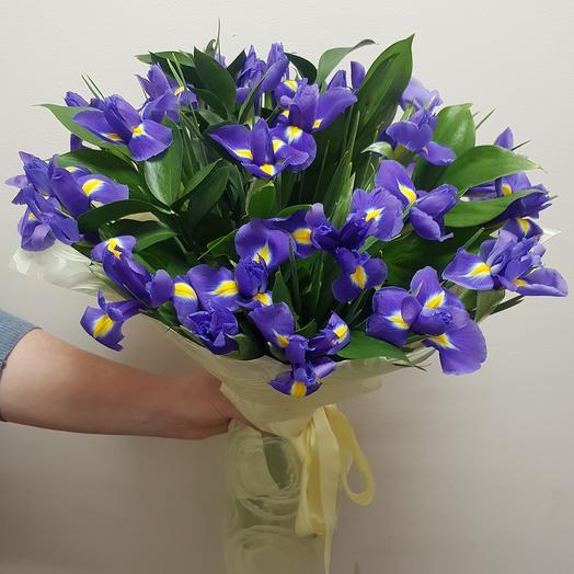 Букет с 25 ирисами и рускусом: букеты цветов на заказ Flowwow