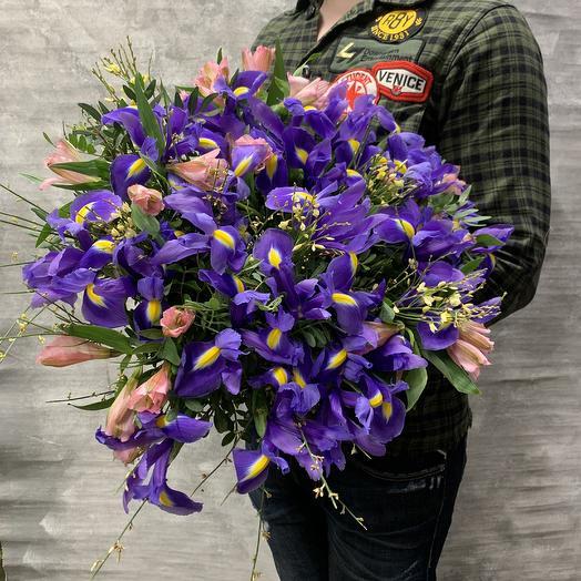 Яркий букет с ирисами,альстромерией: букеты цветов на заказ Flowwow
