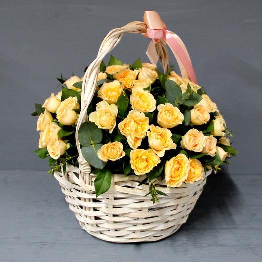Корзина с нежными кустовыми розами: букеты цветов на заказ Flowwow