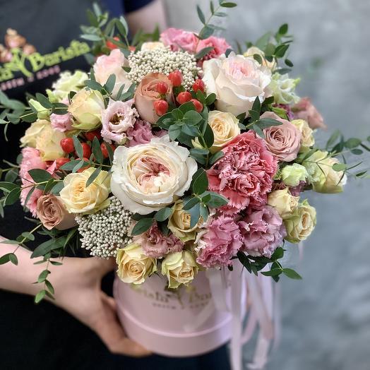 Яркая коробка с французскими розами , гвоздиками и кустовыми розами