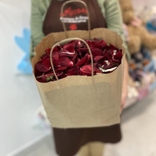 Лепестки роз в крафтпакете