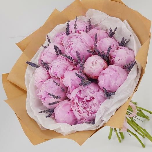 15 розовых пионов с лавандой