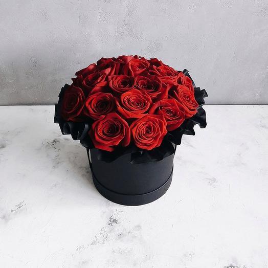 Красные розы в шляпной коробке-миди: букеты цветов на заказ Flowwow