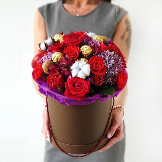 Шляпная коробка из роз и конфет Праздничная