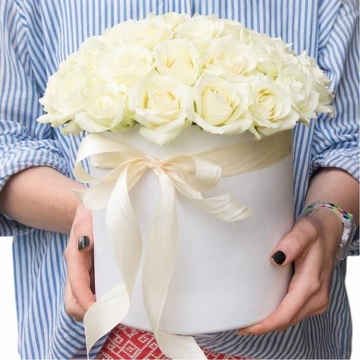 37 белых роз в цилиндре