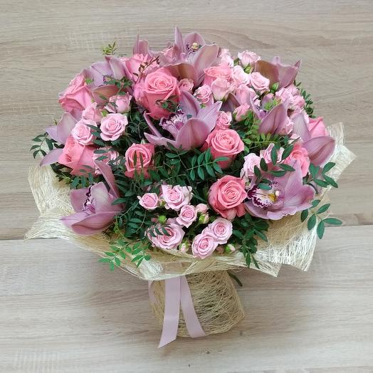 Букет из нежных роз и орхидей с зеленью