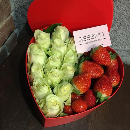 Цветы и клубника в коробке