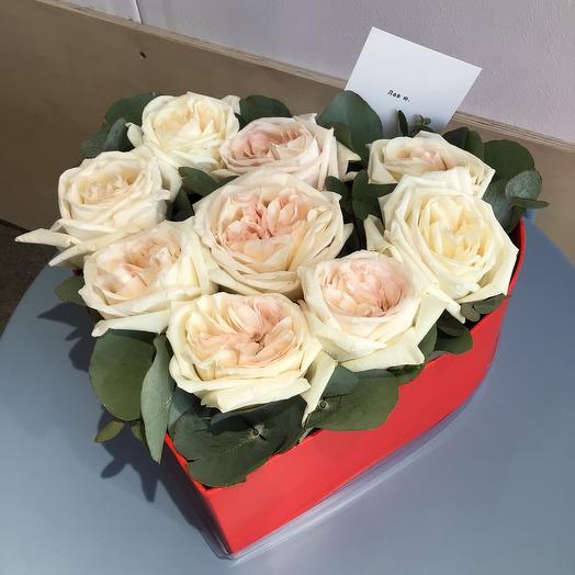 Коробка с форме сердца с пионовидными розами