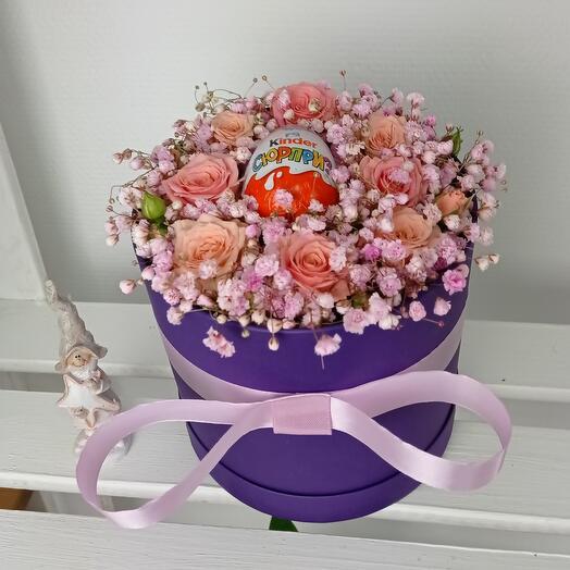 Нежные розы в шляпной коробке с киндером