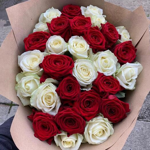 29 роз микс белые и красные