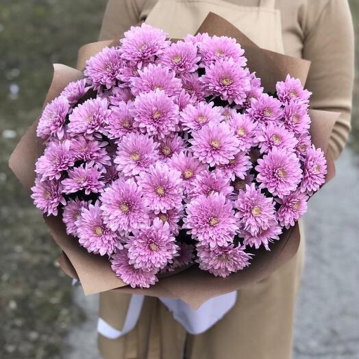 Монобукет лавандовых хризантем в крафт бумаге