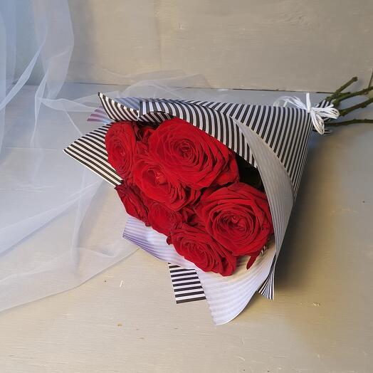 Букет из 9 красных ароматных роз в черно-белой упаковке