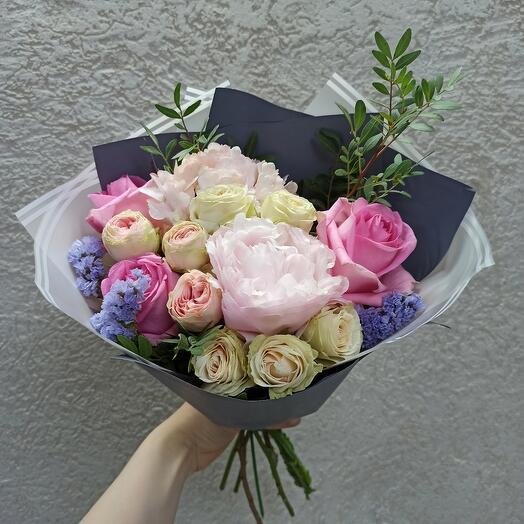 Букет с пионом и ассорти роз