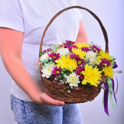 Композиция кустовых хризантем в корзине