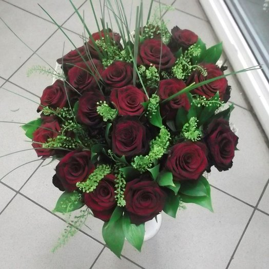Букет из темно красных роз