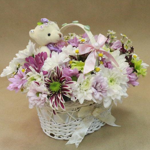Милая корзинка с мишуткой: букеты цветов на заказ Flowwow