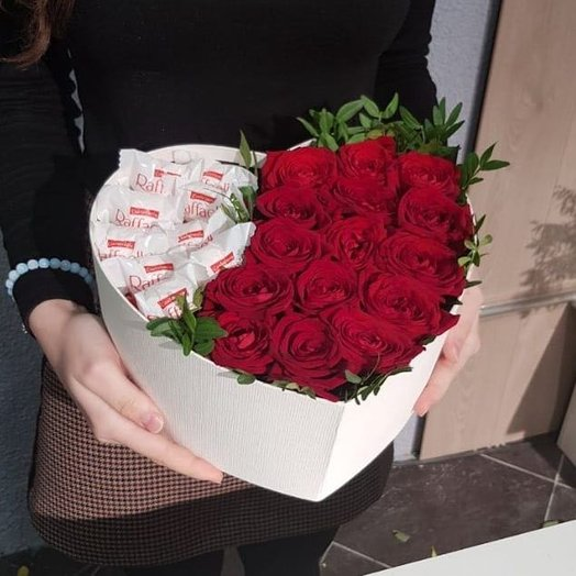 Композиция розы с рафаэлло: букеты цветов на заказ Flowwow