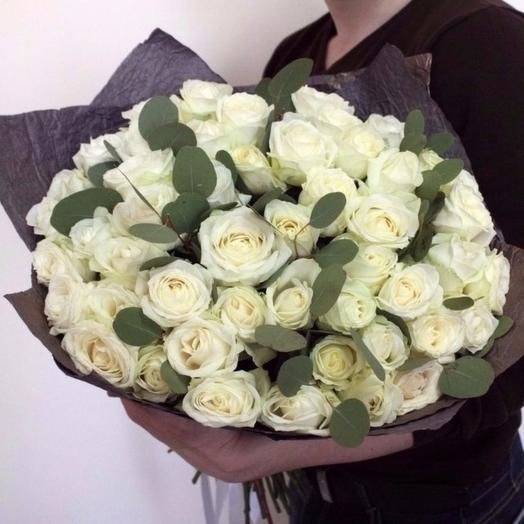 45 роз с эвкалиптом: букеты цветов на заказ Flowwow