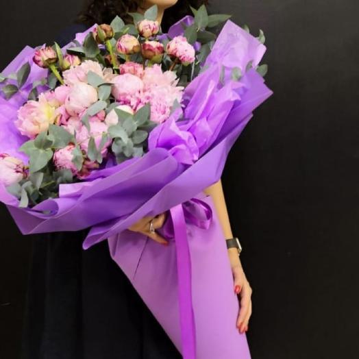 Премиум пионы с эвкалиптом в водяной подушке: букеты цветов на заказ Flowwow